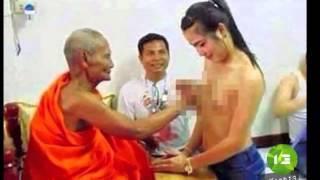 Nhà sư Thái Lan bị chỉ trích vì 'sờ ngực' phụ nữ